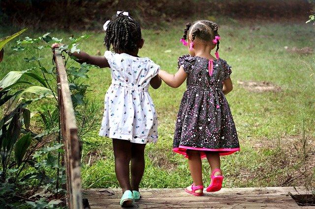 Giocare in spazi aperti: 3 attività che fanno bene ai bimbi